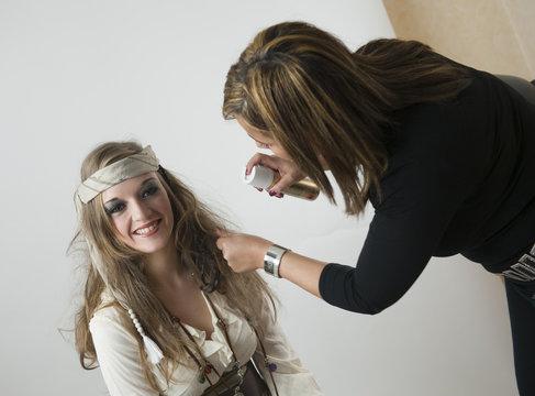 Coiffeuse coiffant une jeune femme en pirate