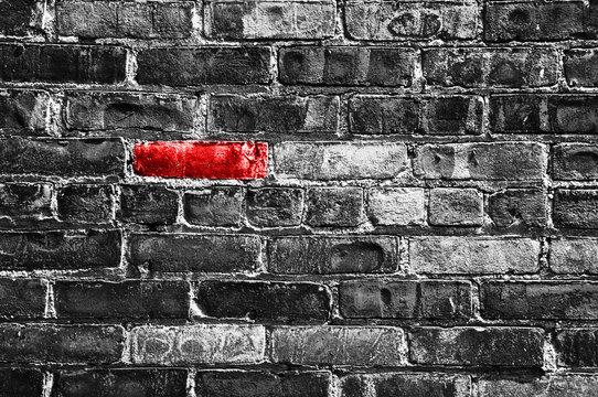 Brique rouge dans un mur noir et blanc