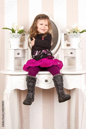 cooles m dchen auf schminktisch stockfotos und. Black Bedroom Furniture Sets. Home Design Ideas