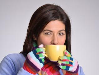 Joven mujer bebiendo bebida caliente,café,té.