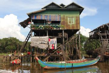 Barque de peche et maison sur pilotis