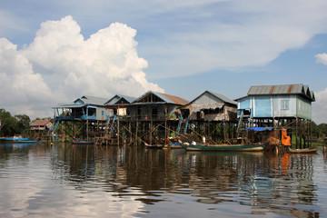 Village sur pilotis au bord du lac Tonle Sap