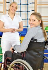 Frau im Rollstuhl mit Therapeutin