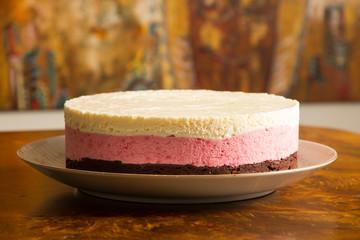 Torta de mousse de chocolate, frutilla y crema helada. Flores.