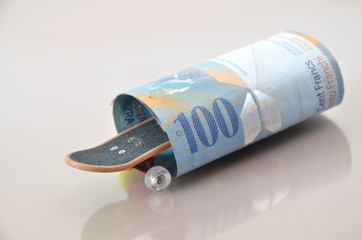 Schweizer Franken und Skateboard