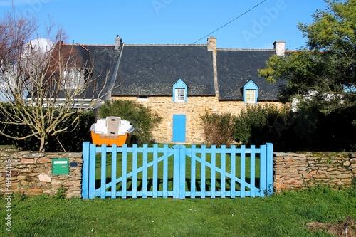 Maison bretonne de bord de mer aux volets bleus photo for Maison bois bord de mer