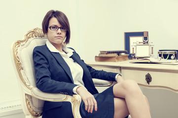 Гламурная девушка в офисе