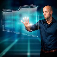 Mann mit virtuellem Interface