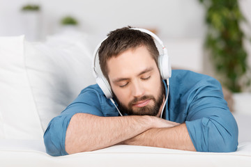 mann hört musik