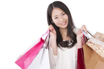 買い物袋をもった若い女性