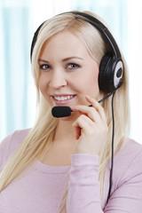 Callcenter Angestellte mit Headset