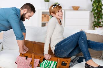 paar hat spaß beim kofferpacken