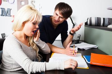 zwei Studenten lernen zusammen