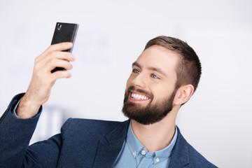 mann fotografiert sich mit smartphone