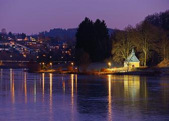 Biggesee mit Kapelle bei Nacht