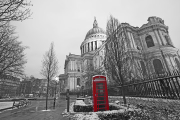 Spoed Fotobehang Rood, zwart, wit St Paul's Cathedral and Red Phonebooth