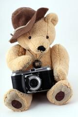 Schmuseteddy mit Kamera weißer Hintergrund