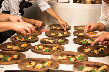 Preparacion de comida gastronomica, carne, vegetales. Madera.