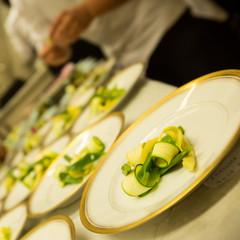 Preparacion de platos vegetarianos en cocina.
