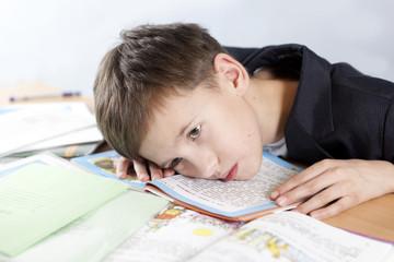 Студенки дома учат урокиэ