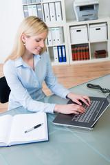 junge angestellte arbeitet am laptop