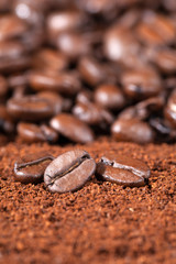 Kaffeebohnen auf Kaffeepulver