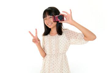 カメラを持ち微笑む女の子