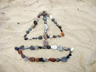 Łódź z kamieni ułożona na plaży