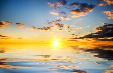 Obraz Tło nieba i odbicia wody o zachodzie słońca - fototapety do salonu