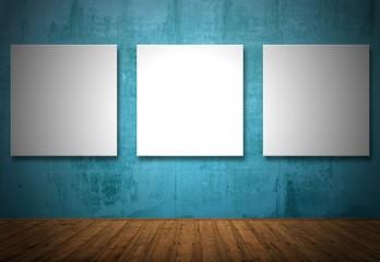 Drei leere Bilder an der Wand