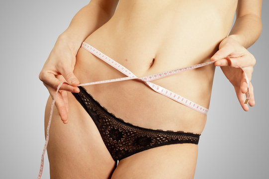 Jeune femme mesurant son tour de taille après un régime