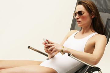 Frau im weißen Badeanzug