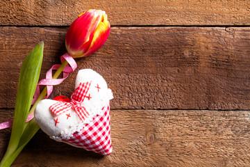 Herz und Tulpe auf Holzuntergrund
