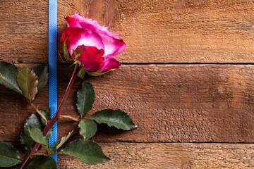 Rose auf Holzuntergrund