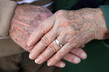 Die Hände eines alten Ehepaares