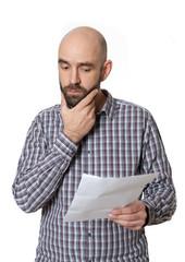 Besorgter Mann mit Schriftstück