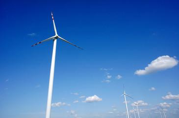 elektrownie wiatrowe na tle nieba