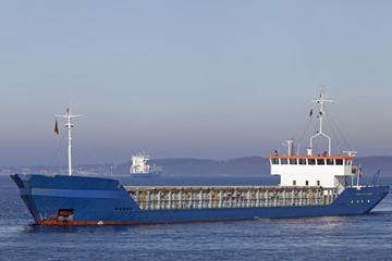 Tanker vor dem Nord-Ostsee-Kanal bei Kiel, Deutschland