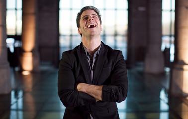 homme riant aux éclats