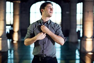 Homme heureux boutonnant sa chemise