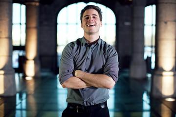Homme souriant les bras croisés