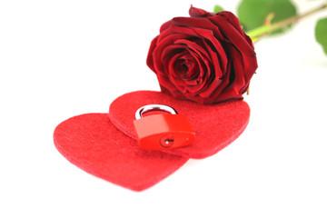Liebesschloß auf Herz mit roter Rose