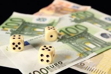 Drei Würfel auf Geldscheinen