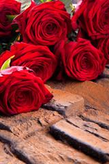 Strauss roter Rosen auf hölzernen Hintergrund