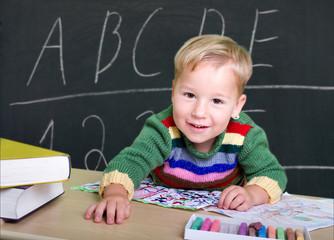 Kleinkind spielt Schule