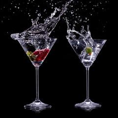 Poster de jardin Eclaboussures d eau martini drinks over dark background