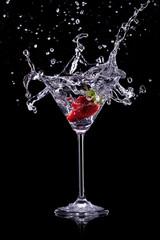 Poster de jardin Eclaboussures d eau martini drink over dark background