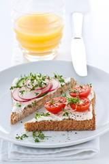 Toast mit Frischkäse mit Gemüse