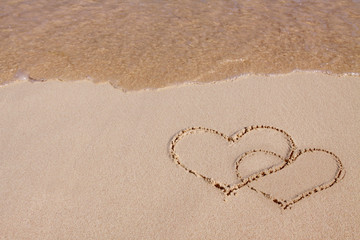 Zwei Herzen am Strand.