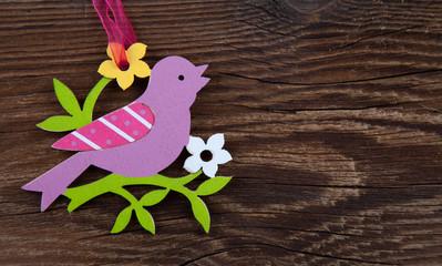Frühlingsvogel auf Holz